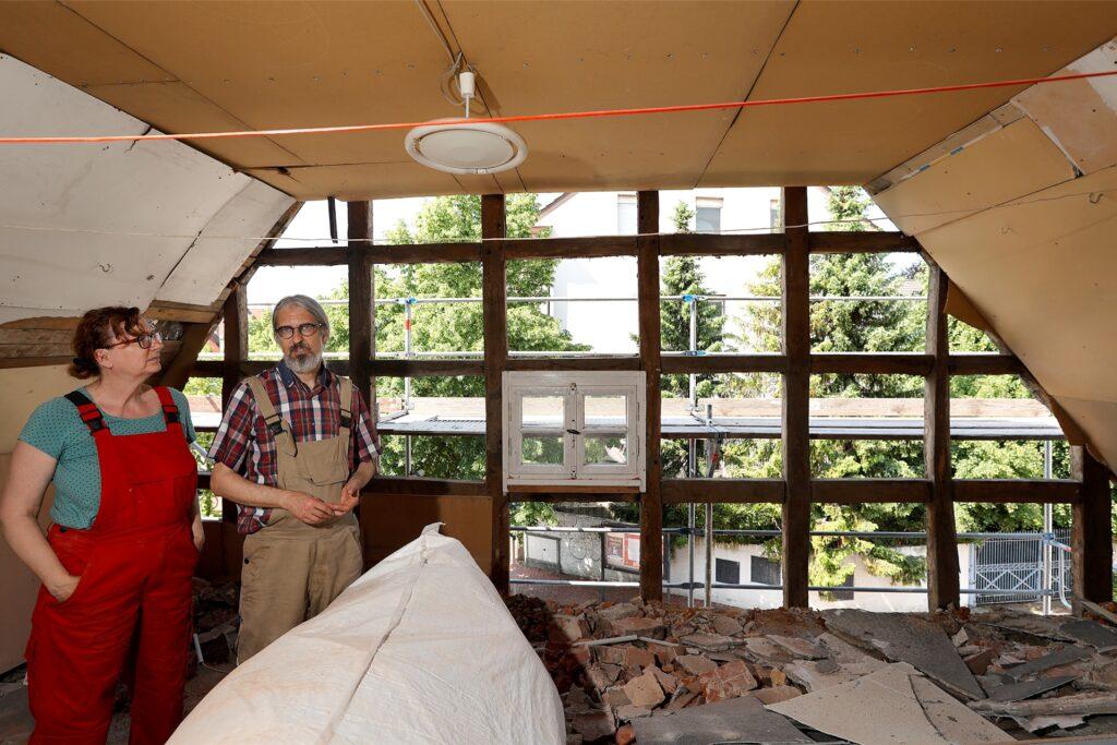 Patricia und André Brust im Obergeschoss mit Blick auf den Marktplatz: Die Deckenverkleidungen müssen runter.